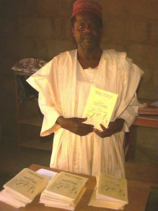 Mr Bulus Do̱ro̱ Rikoto with miniature dictionaries in Zuru, Kebbi State, October 2001